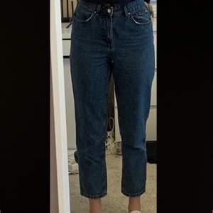 Blåa mom jeans. Säljer eftersom dom är lite för korta på mig som är 177 cm. Inseam på jeansen är 70cm.🦆
