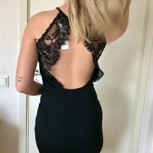 Svart klänning med jättefin spets & öppen rygg💙 Helt oanvänd med prislappen kvar! köparen står för frakten 📦