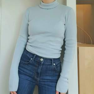 Blå långärmad tröja med turtleneck från Weekday, köpt för nästan dubbla priset 💌 Så bekväm, varm och tjock i materialet. Säljer då den tyvärr inte kommer till användning längre. Storleken är S men skulle mer säga M (generellt väldigt stretchig). Skickar gärna fler bilder och köparen står för frakten som tillkommer på 45 kr!