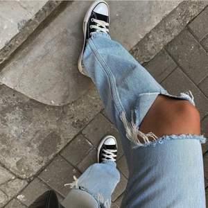 """Intressekoll på dessa trendiga, slutsålda jeans från Gina i modellen """"90's tall jeans"""", jag är ungefär 172 och dom går ner till fötterna på mig. Är ni nyskick! Köpta för 599kr."""
