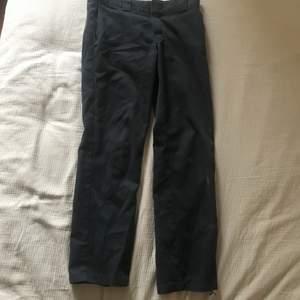 Ett par svarta dickies chinos i storlek 30/32. Riktigt sköna och relativt bra skick förutom ett litet hål längst ner på ena benet men de märkar man inte.