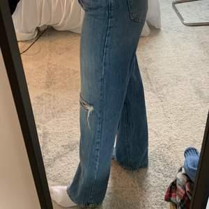 Säljer dessa blåa jeans med hål i från Gina! Har endast anbänt de runt 5 gånger så de är i bra skick! 😇💕🦋 Skriv privat om ni har några frågor eller liknande 💗 (gratis frakt)