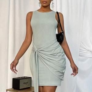 Jätte fin klänning från SHEIN i storlek S säljer pågrund av att den är för tajt på mig (aldrig använt) inte jag på sista bilden och den är inte så mörk utan den är lika ljus som på första bilderna