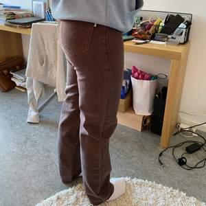 Säljer dessa vintage jeans i brunt. Svårt att ta bild då de är för små för mig, men kan ev lösa fler bilder! För referens är jag ca 173 och bär vanligtvis M / 30.32 och dessa var för tajta men funkar i längd. Storlek oklar men passar nog S