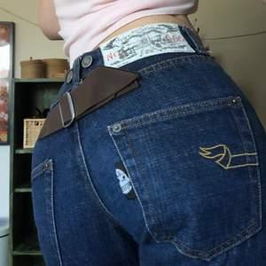 Super coola jeans med detaljer, Jeansen är baggy vid benen.