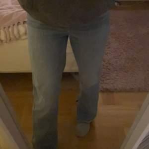 Säljer mina jeans med slits ifrån hm, de är högmidjade och i fint skick.