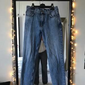 Ett par supersnygga blåa midwaisted jeans i rak passform från Bik-Bok som tyvärr blivit för små! Nyskick