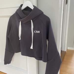 Assnygg croppad hoodie från Icaniwill. Använd men i fint skick! En av mina favoriter som jag nu säljer pga köpt in mer nytt så denna används för lite... storlek L men sitter som en S/M