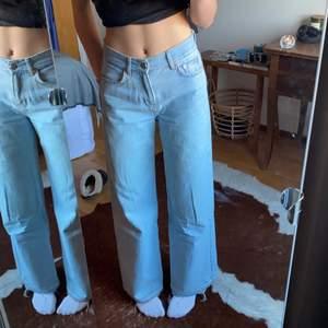 Ljusblå visa jeans från junkyard knappt använda men uppsprätta där nere så dem är lite längre vilket är snyggt
