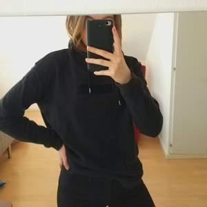 Svart hoodie från SOC, använd men fint skick! Strl 36 men passar 34😍 hör av dig för mer bilder och eventuella frågor 💕