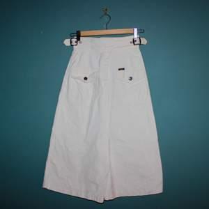 Så fin vit långkjol i jeansliknande material med bälten! Så ball! Tyvärr aldrig funnit användning för den.