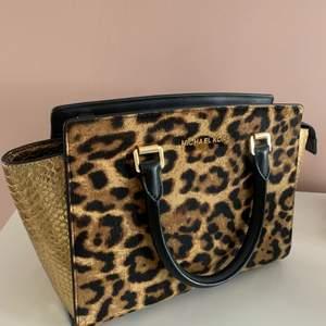 Michael Kors väska i modell Selma top zip leopard satchel. Ser ut som ny