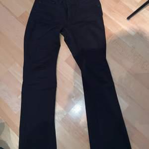 Säljer mina Levis bootcut jeans så de är för små för mig. Använda ca 3 gånger så är väldigt bra skick. De är i storlek 28. Köparen står för frakten