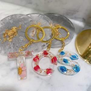 Handgjord nyckelringar med olika blommor och guld 🥰      Custom nyckelringar 💓.                                                         speciellt order kan göras 📲  Dm mig för beställning 🥰 Frakt 12 kr tillkommer