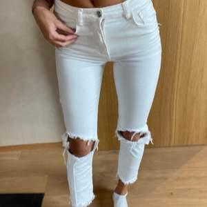 Mjuka stretchiga vita jeans från ZARA. Använda max 5 ggr, tvättade såklart. Jättesköna på! Säljer bara då jag inte brukar använda vita jeans