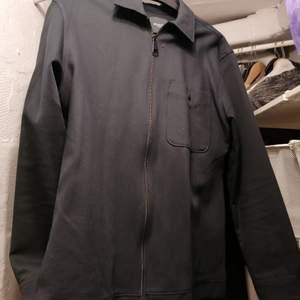 En svart jacka ifrån selected. Det är en dragkedja på jackan. Köpare står för frakten och de är budgivning