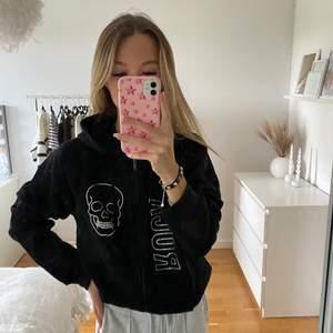 Svart hoodie som jag själv designat med rhinestones. Supermjuk på insidan! Jag har vanligtvis xs❤️🔥
