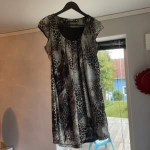 Leopard mönstrad klänning som slutar vid mitten av låret, så ganska kort. Den har även ett sidentyg på insidan.
