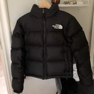 🖤 BUDA BARA om du är säker på att du vill köpa! 🖤 Snygga The North Face 1996 Retro Nuptse Jacket i dammodell! Använd en vinter och är iprincip som ny, nypris är runt 3000 kr. Stl XS och passar mig som brukar ha XS/S!