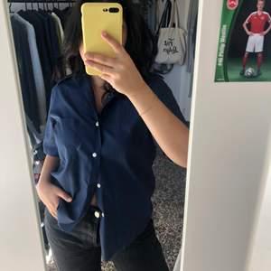 jättesnygg avklippt, marinblå skjorta 💙💙💙 köparen står för frakt <3