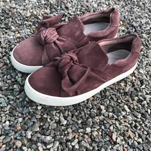 Fina skor med snyggt detalj fram. Väl skötta andvända fåtal gånger. Passar bra till mycket! Pris kan diskuteras. Fler bilder på skorna kan skickas om det önskas:)
