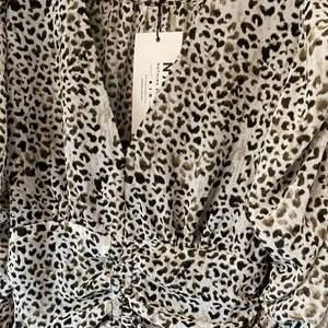 Så fin klänning i djurmönster från NAKD som tyvärr var för liten för mig så aldrig använd. Sitter superfint på kroppen.