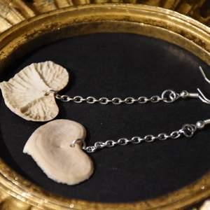 Örhängen med ben naturligt formade som hjärtan och kedjor. Nickelfria krokar.
