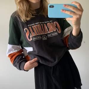 Sweatshirt från pull & bear! Den är i storlek M och sitter lite oversized på mig som vanligtvis har storlek S!💞