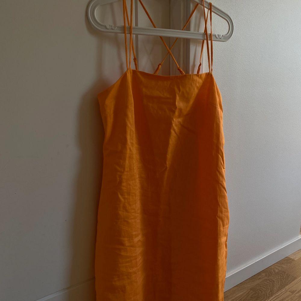 Sjukt fin och somrig linneklänning i orange färg. Så fin färg nu i sommar o speciellt när man är brun 😍🤎 Prislappen sitter kvar så den är helt i nyskick. Storlek 36, går även att spänna in och ut banden i ryggen. 💖. Klänningar.