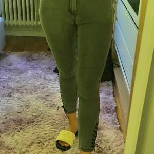 """Rarely used jeans from brand """"abercrombie & fitch"""", American jeans brand since 1892 Color: smoky grey Size: 26 (I usually need 27, it also fits) Strap design on both sides!"""