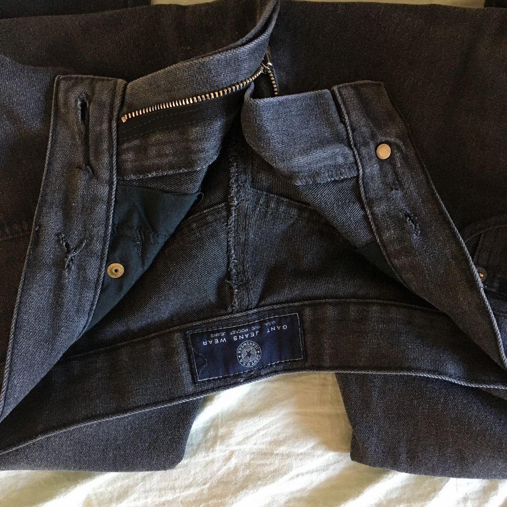 gråa jeans från gant herr. storlek 33, sitter på en 29, därav väldigt baggy! jag är 167 för längd referens. bra skick! finns 2 hål på insidan av jeansen (syns ej på utsidan då de inte gått igenom 2 lager) för har använt en tråd där som skärp. . Jeans & Byxor.
