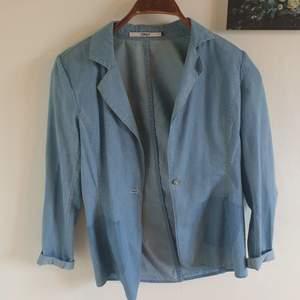 Säljer en jättefin jeanskavaj från Only. Vadderade axlar och figursydd. Snygg med en vit t-shirt för en lite coolare stil eller en fin blus för en mer uppklädd look. 250 kronor eller bud.