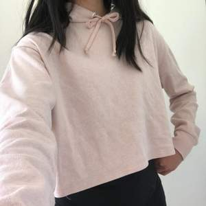 Ljusrosa tröja från hm i storlek s💗den är croppad och i en ljusrosa färg💕 en frakt på 45kr tillkommer. Kontakta gärna mig vid frågor eller fler bilder😊