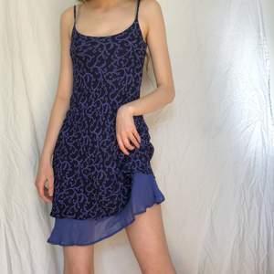 Så snygg och unik 90/00-tals klänning från märket hennes collection. Den är mörkblå med ljusblå mönster och underklänning. Skirt viskostyg som faller superfint perfekt till sommaren. Bra skick. Lägg ett bud eller köp direkt för 230❣️❣️🌷🌷
