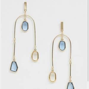 Ett par längre örhängen med små fina diamant droppar. De väger inte alls mycket utan sitter väldigt lätt 💕 köpte för 170kr