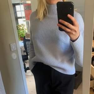 Jättefin babyblå tröja köpt på & other stories. Har tyvärr knappt använts alls då jag tycker den är lite för liten på mig:(. Storlek S i superskönt material, inte alls stixig som många andra tröjor kan vara!! Kan skicka fler bilder ifall det efterfrågas. Högsta bud 250kr💕