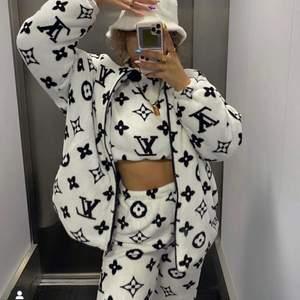 ✨Louis Vuitton printed jacka från dollhouse sweden. Storlek XL aldrig använd prislappen är kvar. Nypris 899kr ✨