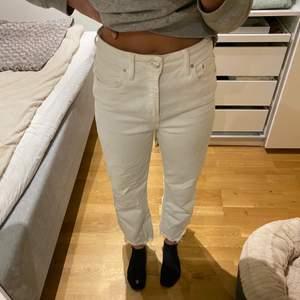 Säljer mina fina vita jeans från zara som tyvärr inte kommer till nån stor användning längre. Jeansen har avklippta råa kanter längst ner. Storlek 38, sparsamt använda.