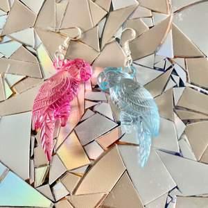Papegojor i pastellfärger! Krokarna är nickelsäkra.