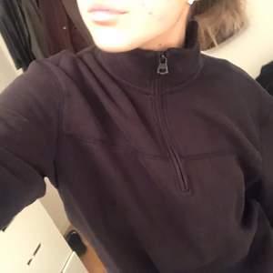 Grå/brun tröja med halv zip up ⚡️ passar nog allt från xs-l, frakt ingår 🤍🤍