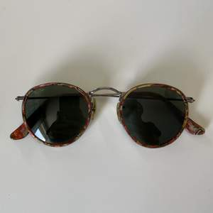 Äkta vintage solglasögon från rayban. Använda men i toppskick. Köparen står för frakt och ja kommer packa dem ordentligt så att de inte går sönder. Original fodral medföljer.