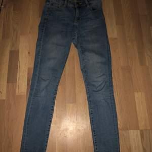 Ett par blåa skinny jeans från lager 157. Size S, storlek 36. Använd fåtal gånger och sitter som en smäck. Jag är 172 cm och byxorna är inte alls förkorta. Säljer dessa då jag knappt använder dom. Funkar fortfarande som nytt skick och inga hål eller liknande.
