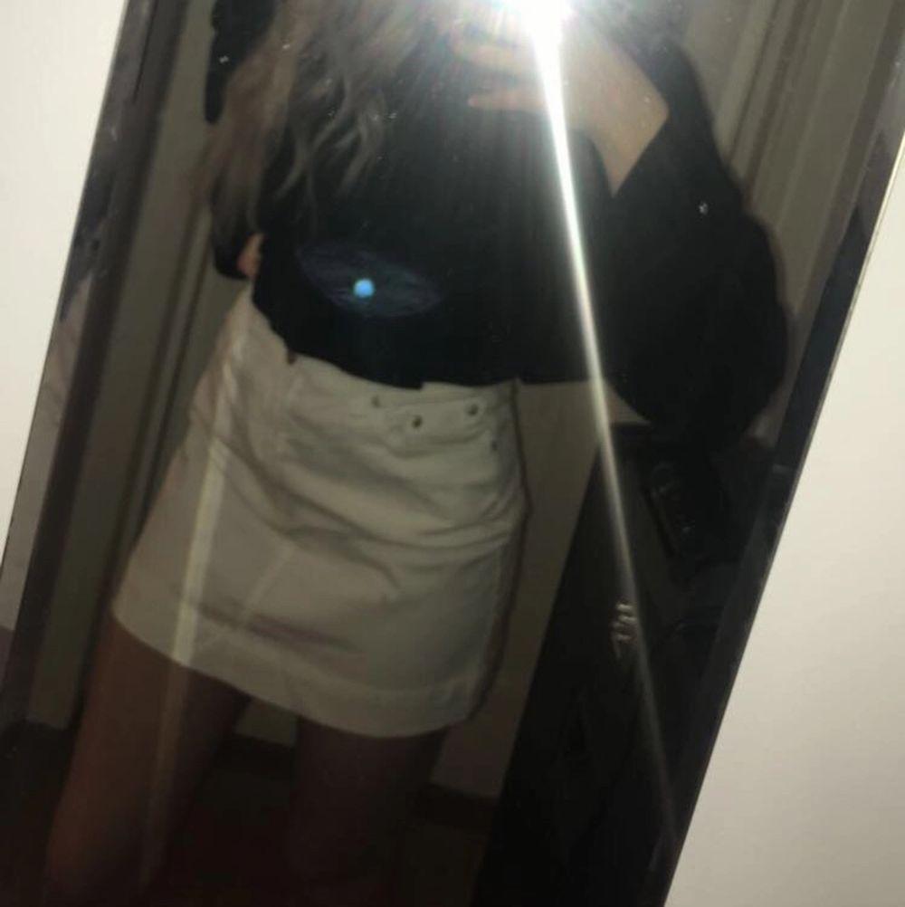 Lindex kjol köpt på 90 talet som min mamma haft. Storleken är 36 och kjolen är i mycket fint skick. Frakt tillkommer💕. Kjolar.