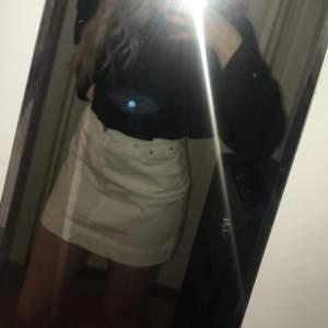 Lindex kjol köpt på 90 talet som min mamma haft. Storleken är 36 och kjolen är i mycket fint skick. Frakt tillkommer💕