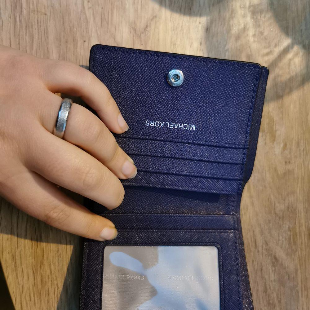 Fin Michael kors plånbok. Den är äkta. . Accessoarer.