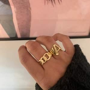 Säljer dessa trendiga justerbara + rostfria ringarna, som man kan ha för att piffa upp vår/sommar outfitsen⚡️🍒🌴                    Har de bokstäver som finns på andra bilden.                         FÖRST TILL KVARN! 109kr/st - jag står för frakten! 🤍                  10% rabatt om du följer instagram @ahlin.accesories