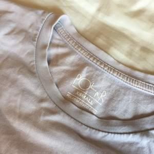 Långärmad lila t-shirt från polar skate co med tryck på högra ärmen. Obs trycket är ganska slitet, men annars inga fel