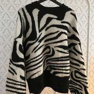 En tjock och mjuk stickad tröja i zebra imitation. Den är köpt på new yorker, använd men inga skador.    Köparen står för frakten✨✨ 80+frakt