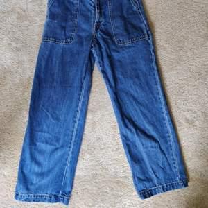 supersnygga trendiga vida jeans från Monki! älskar dom men har så många jeans nu så måste sälja några. de är i storlek 24 jeansstorlek, skulle säga 34/36 eller S. de sitter som en smäck på mig som vanligtvis har 34/36 i jeans. de har en cool