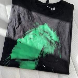 Wow?! Hur fin är inte billie! Tyvärr så sitter denna tröja inte så bra på mej men säljer den vidare:) till någon som uppskattar henne lika mycket som jag🥰